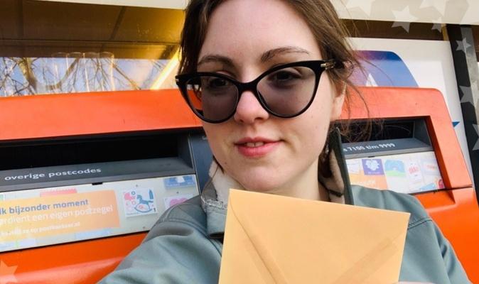 """Ingeborg schrijft kaartjes voor eenzame mensen: """"Ik heb al bijna vijfduizend kaartjes verstuurd!"""""""