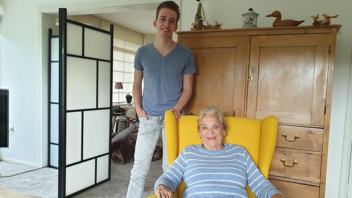 """Tom (20) trekt in bij Frieda (80): """"Ze ontkracht alle vooroordelen over ouderen"""""""