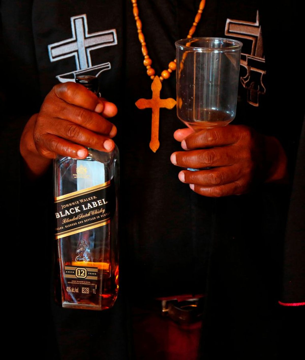 ap_gabola_kerk_drank_bier_bijbel
